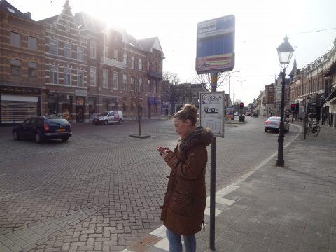 reiziger, bus, bushalte, mobiele telefoon
