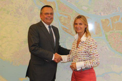 Pedro Peters, directeur RET, Jeanette Baljeu, wethouder van Vervoer