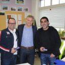 Cesco Holtus van ProRail (midden) bedankte de medewerkers van Veolia met taart