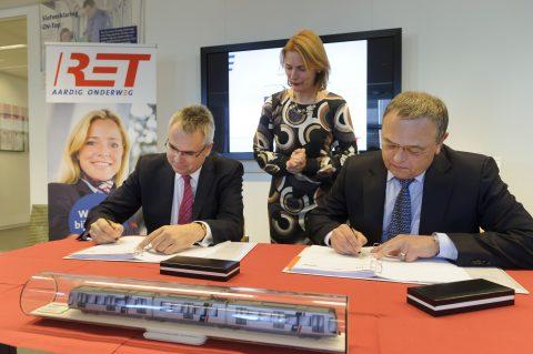 V.l.n.r: Oliver Schmidt, Bombardier Transportation, wethouder Jeannette Baljeu en directeur Pedro Peters van de RET