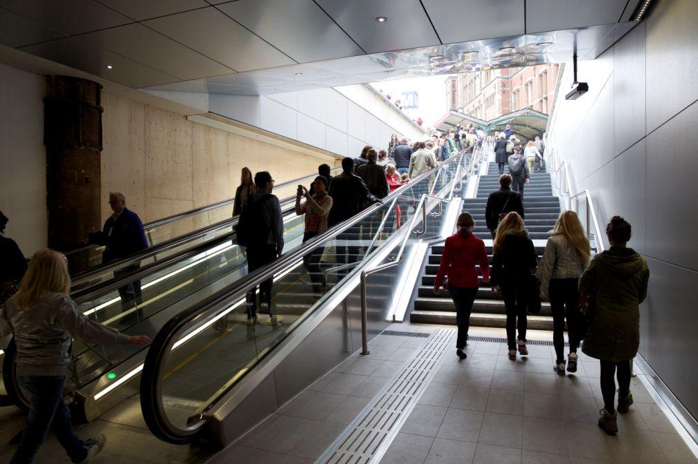 Westelijke metrotoegang stationsplein amsterdam geopend - Decoreer een gang ingang ...