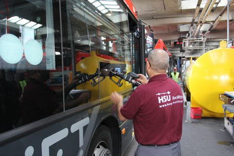 Medewerker, HSU Facility, bus aftanken