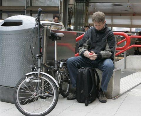 Vouwfiets, reiziger, station