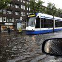 metro, regen, weer, GVB, Amsterdam, straat blank
