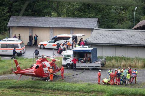 Reddingswerkers verzorgen een slachtoffer van de treinramp