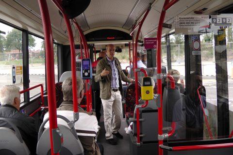 Hein Merkx, vervoerkundige Veolia, geeft uitleg aan buschauffeurs