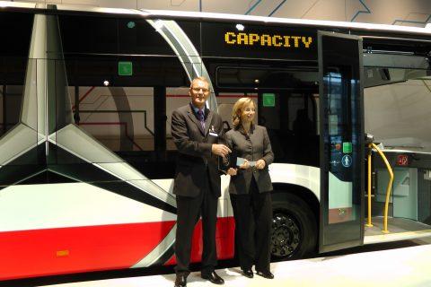 Hartmut Schick, hoofd Daimler Buses, Ulrike Riedel, lid van de Raad van Bestuur van Hamburger Hochbahn, presentatie Mercedes-Benz CapaCity L