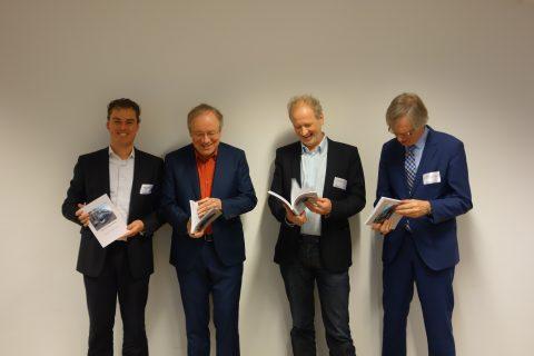 boek, investeren in de stad, lessen uit 47 lightrail projecten, Willem Benschop (Directeur Vervoersautoriteit Metropoolregio Rotterdam Den Haag) Van links naar rechts: Niels van Oort, Rob van der Bijl, Bert Bukman, en Willem
