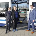 bus met aanhanger, Conny Bieze, VVD gedeputeerde mobiliteit provincie Gelderland, Renoud Dirksen, directeur van OVnetwerk en initiatiefnemer, en Ietze van der Meer, directeur Techniek Arriva Nederland
