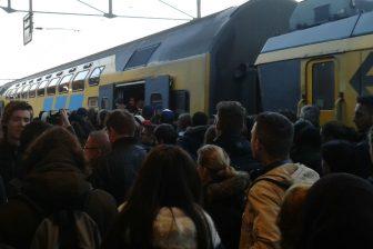 Drukte perron, reizigers, station Helmond