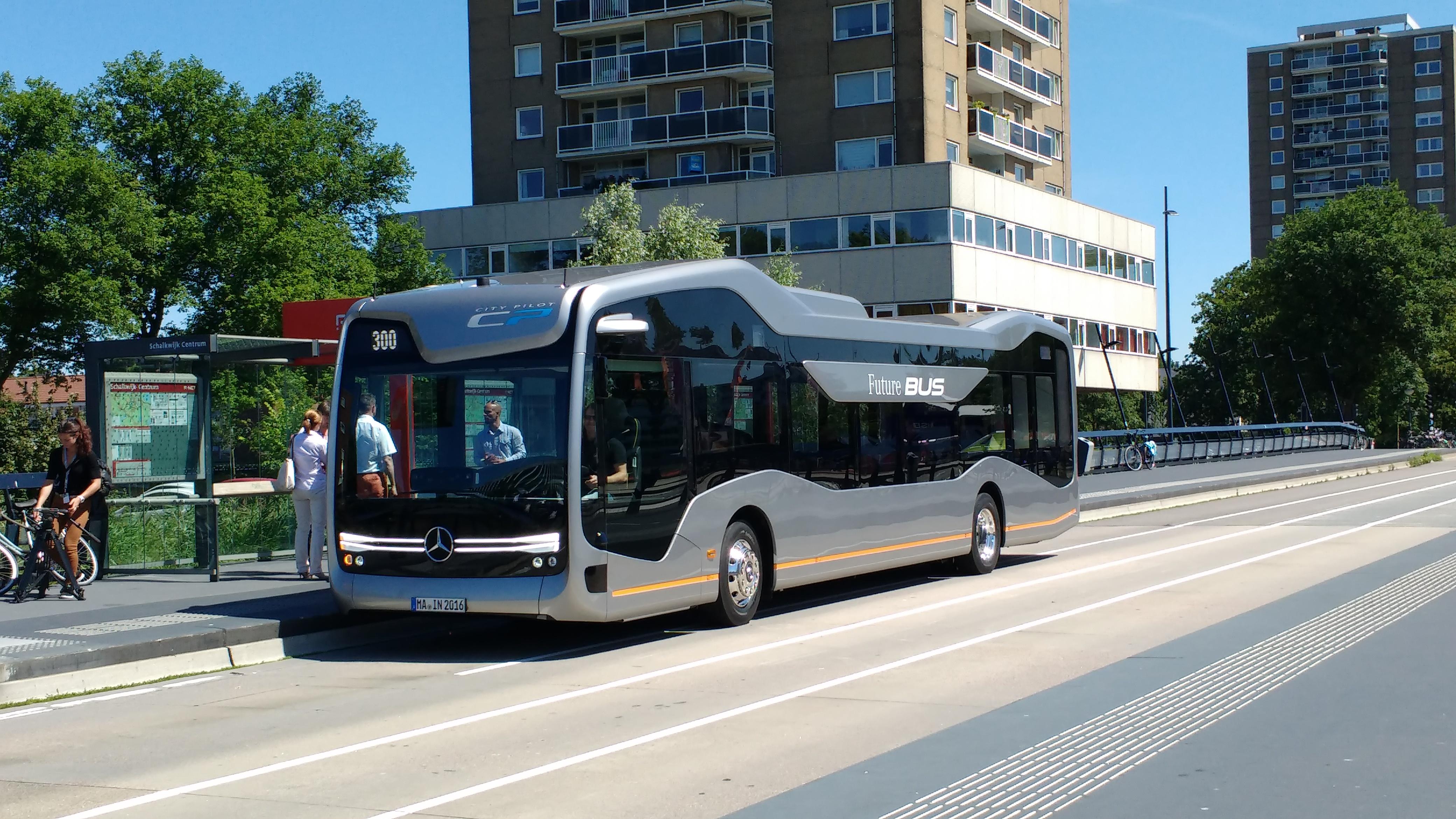 Daimler buses laat zelfrijdende stadsbus over openbare weg for Mercedes benz transit