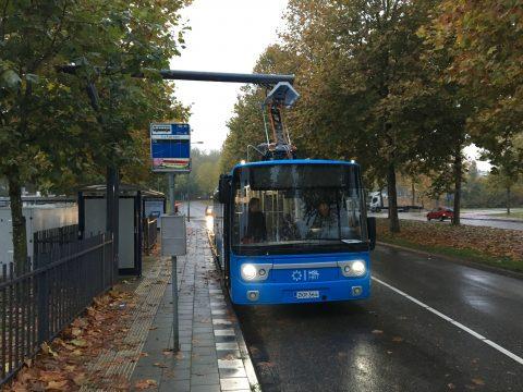 Een Finse Linkker-bus laadt op bij een laadpaal in Den Bosch