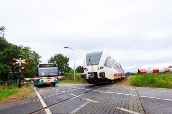 Bus, trein, Arriva, spoorovergang, Zutphen
