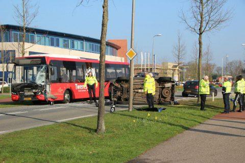 Busongeval tussen Syntus en auto in Rijssen (foto: Bert Kamp)