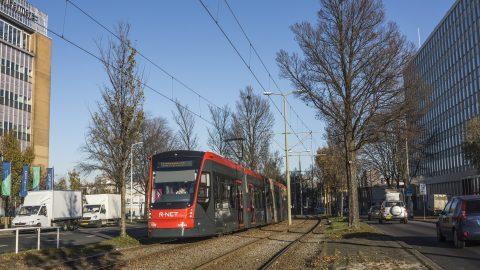 Een Avenio-tram aan de Fruitweg in Den Haag
