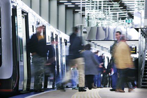 Reizigers bij RET in metro (Foto: R. Keus)