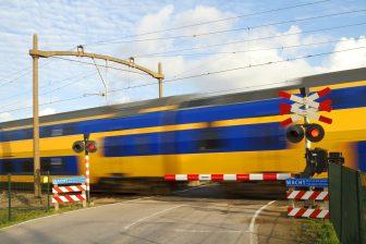 Trein bij spoorwegovergang (foto: NS)