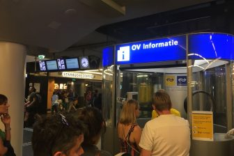 Storing Amsterdam, NS-medewerkers geven informatie (foto: NS)