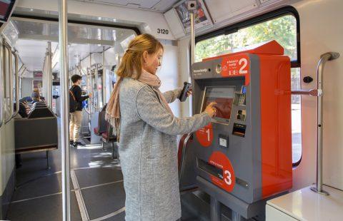 Nieuwe betaalautomaat in oude rood-beige tram HTM (foto: HTM)