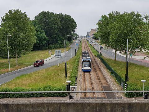 Tram van GVB en autoverkeer in Amsterdam
