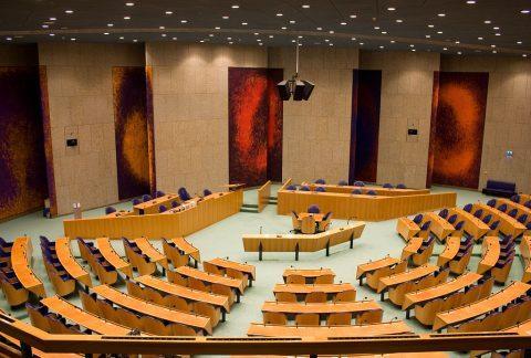 Tweede Kamer (foto JvL - https://upload.wikimedia.org/wikipedia/commons/thumb/5/58/Tweede_Kamer_2.jpg/1024px-Tweede_Kamer_2.jpg)