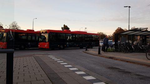 R-net bus van EBS arriveert op halte