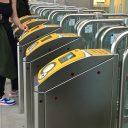 Inchecken bij OV-poortjes (foto: NS)