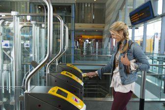 Inchecken bij OV-poortjes, reiziger (foto: NS)