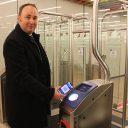 RET-directeur Maurice Unck opent metropoortje met barcodeticket