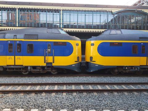 Een NS-intercity op station Den Bosch naar Zwolle
