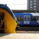 NS-trein en Arriva-trein halteren op Nijmegen