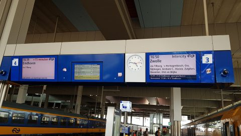 Informatieborden bij vertraging op het station