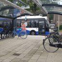 Elektrische bus bij fietsenstalling op station Deurne
