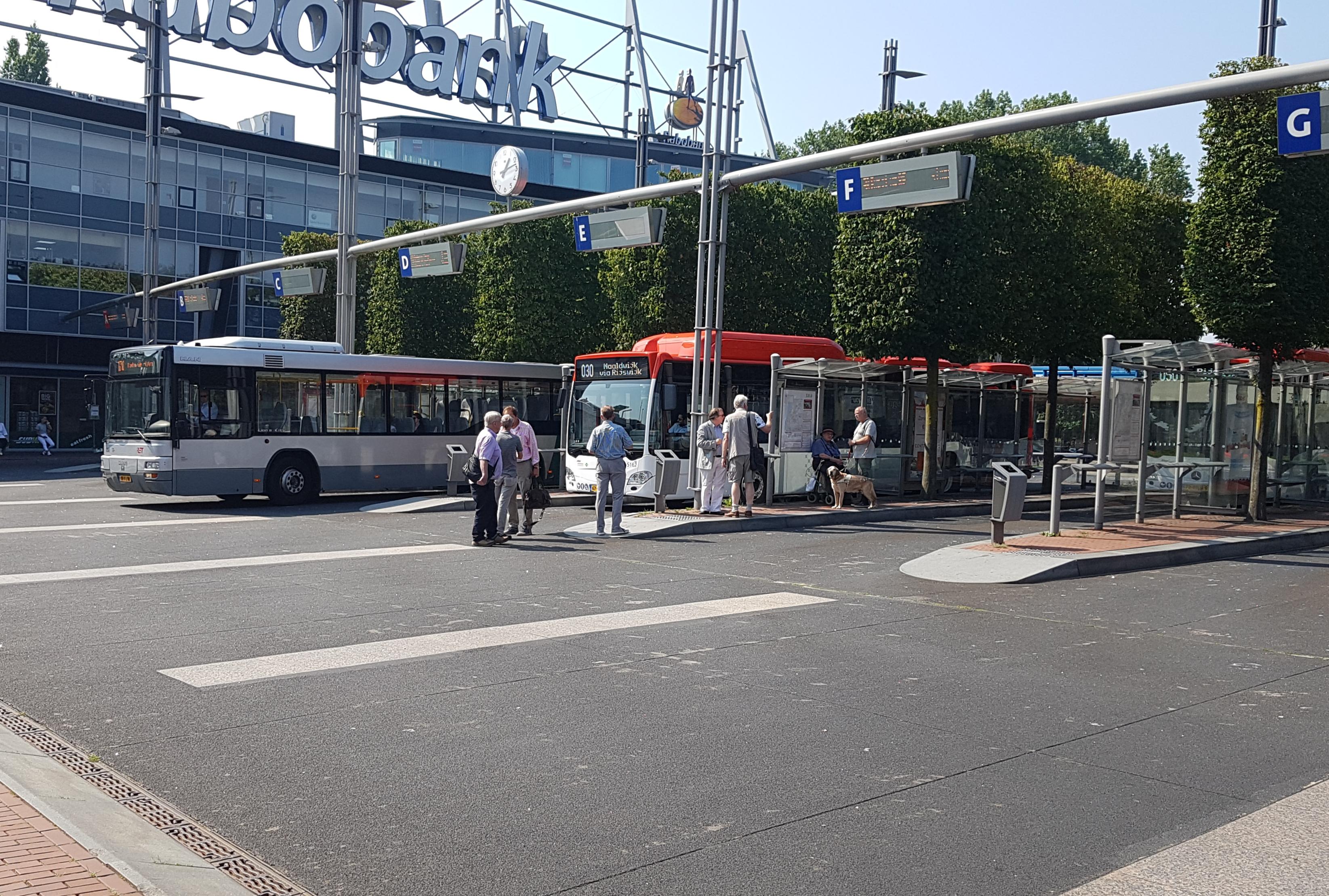 Bussen van EBS en RET op busstation Zoetermeer Centrum West
