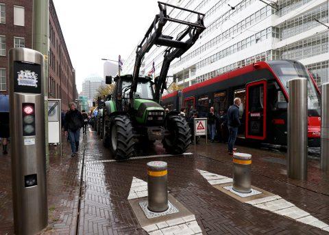 Foto boerenprotest, tractoren blokkeren trams (foto ANP)