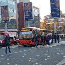 Reizigers wachten op bussen in Enschede