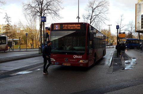Jongen loopt voor bus in Groningen