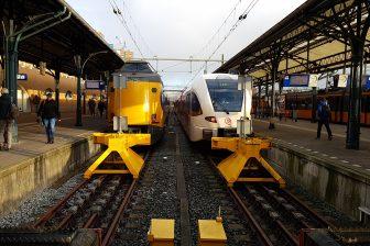 NS-trein en Arriva-trein op Groningen