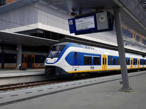 Sprinter NS en bord met reisinformatie