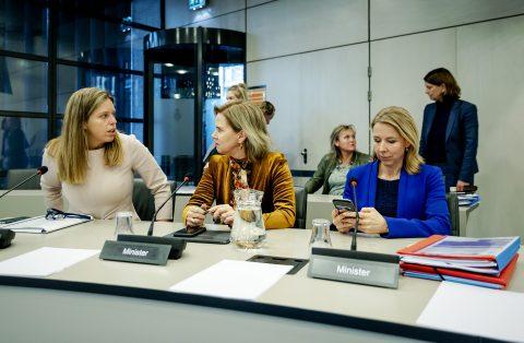 Stientje van Veldhoven en Cora van Nieuwenhuizen van Infrastructuur en Waterstaat, foto: ANP