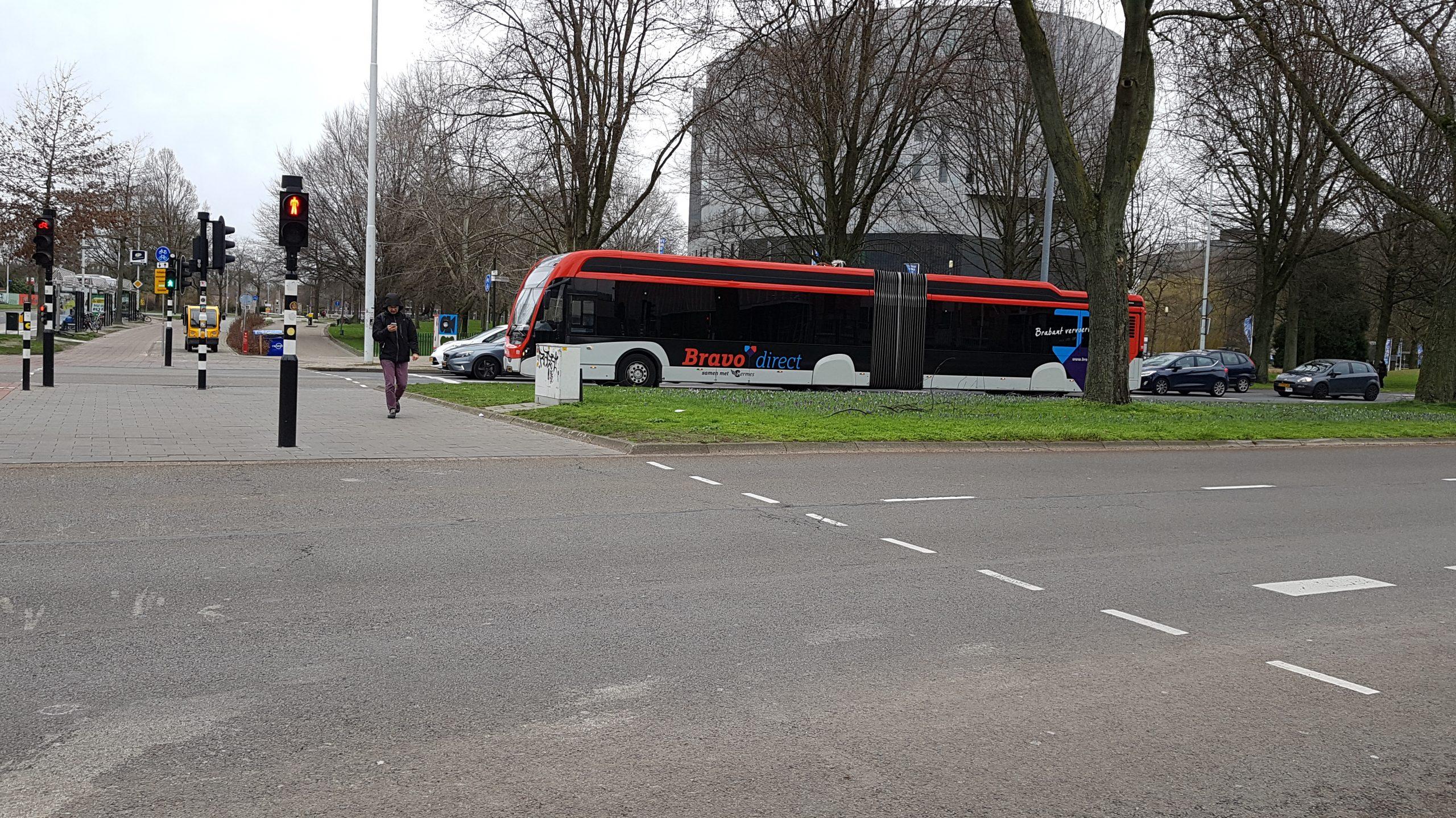 Bus op kruispunt in Eindhoven