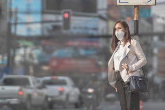 Reiziger met mondkapje (foto: iStock / torwa)