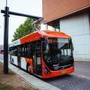 Elektrische Volvo-bus aan lader in Den Bosch