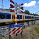 Een NS-Sprinter passeert een onbewaakte spoorwegovergang in Hilversum