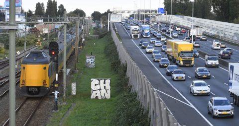 Trein en auto's bij de A20 (bron: ANP/HH)