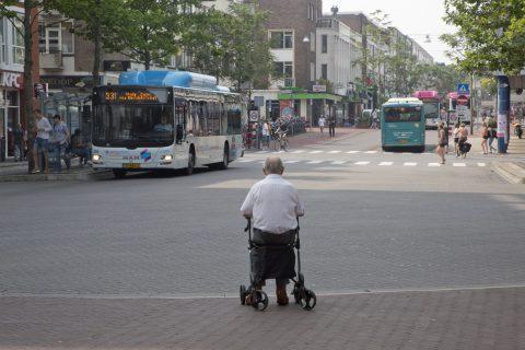 Man met rollator bij bushalte Nijmegen (bron: Henk Braam/Hollandse Hoogte)