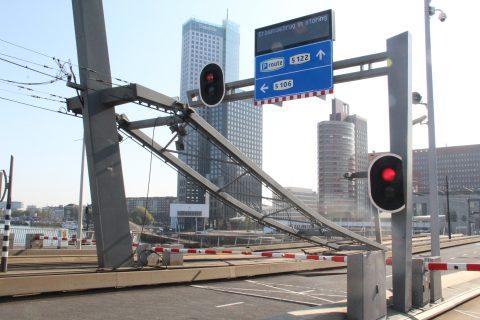 Defecte constructie bovenleiding Erasmusbrug (bron: GinoPress)