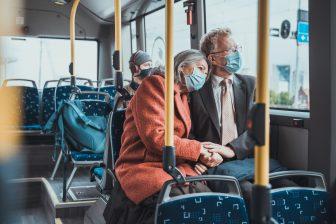 Reizigers in bus met mondkapje (bron: OV-NL)