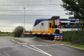 Trein bij spoorwegovergang in Schiedam