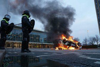 Rellen bij Eindhoven Centraal (foto: EPA/Rob Engelaar)